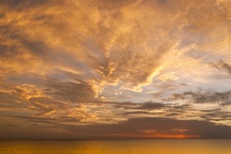himmel mit wolken: Dramatische Sonnenuntergang Himmel mit Wolken über dem Ozean Lizenzfreie Bilder