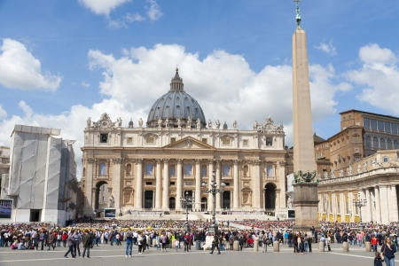 VATICAN CITY, ITALY  - APRIL 25, 2012: Crowds of pilgrims gathered  at Saint Peter Stock Photo - 16377806