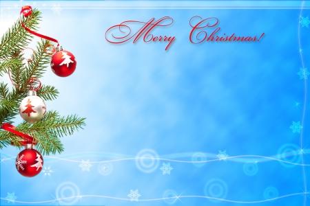 Kerstkaart met foto van versierde tak van spar op blauwe achtergrond