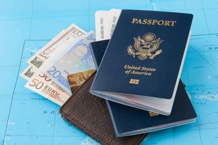 útlevél: Útlevél és pénztárca a dollár, az euró és a hitelkártya a térképen háttér Utazás koncepció Stock fotó