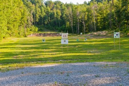 filmacion: Rifles de tiro al aire libre van con objetivos a diferentes distancias.