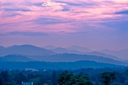 美しい山々 の夕焼け風景青いブルーリッジ山脈、ノースカロライナ、米国