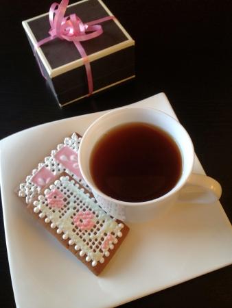 Zelfgemaakte ontbijtkoek cookies met thee en een geschenk Stockfoto