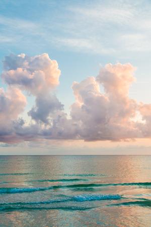 ciel avec nuages: Beau ciel de coucher du soleil avec nuage sur l'oc�an Atlantique