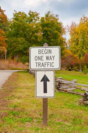 start: Beginnen One Way Verkehrszeichen im Herbst Park