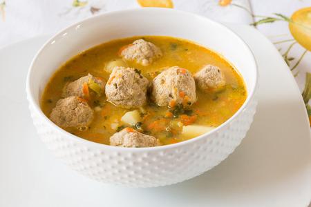 sopa de pollo: Sopa con alb�ndigas de pavo, papas y hortalizas. enfoque selectivo