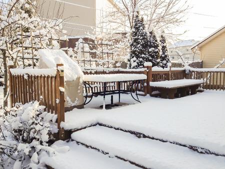 Tuin patio na sneeuwval, de winter landschap. Stockfoto