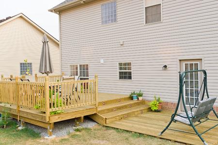 Nueva cubierta de tierra antedicha y patio de la casa familiar. Foto de archivo
