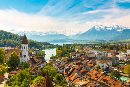 Panorama of Thun city with Alps and Thunersee lake, Switzerland. Foto de archivo