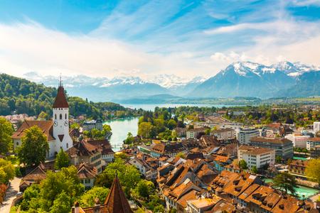 Panorama of Thun city with Alps and Thunersee lake, Switzerland. Stockfoto
