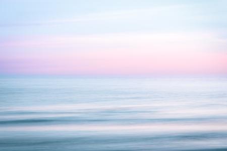 Streszczenie zachód słońca niebo i ocean natura tło z zamazanym ruchem panoramowania.