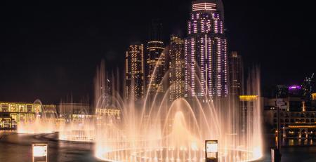 Widok z platformy widokowej na śpiewające fontanny i centrum handlowe Dubai Mall. Dubaj, maj 2019