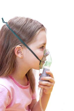 asthme: fille fait par inhalation sur un fond blanc Banque d'images