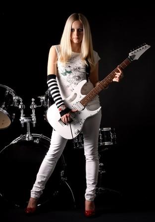 femme avec guitare: s�rie de photographies dans le style rock-n-roll avec la belle blonde Banque d'images