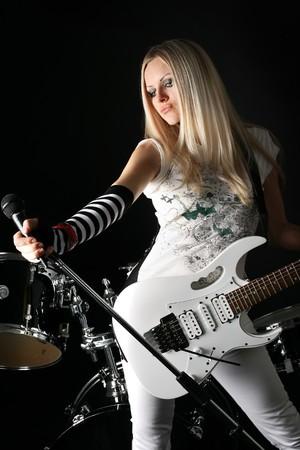 kwadrant: Fotografia serii w stylu rock-n-roll z piękną blondynką