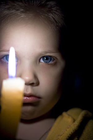 Retrato de la niña con una vela en las manos.