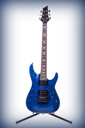 tremolo: Serie. chitarra elettrica isolato su sfondo bianco