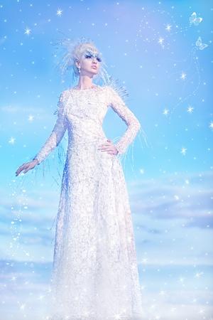Serie. Hermosa rubia con un vestido de la reina de las Nieves Foto de archivo
