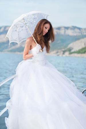 hermosa novia en el yate Foto de archivo