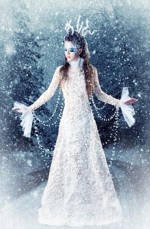 Serie. Hermosa morena en un vestido de reina de las Nieves Foto de archivo