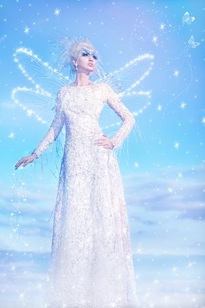 Serie. Hermosa rubia con un vestido de reina de las Nieves