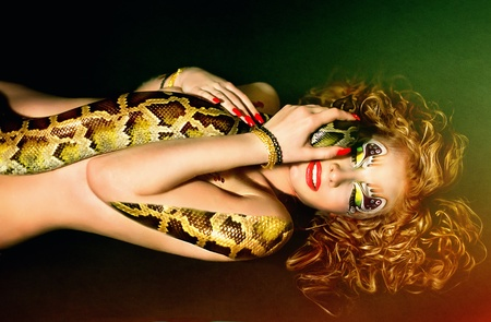 Serie. Jonge mooie vrouw whith slang Stockfoto