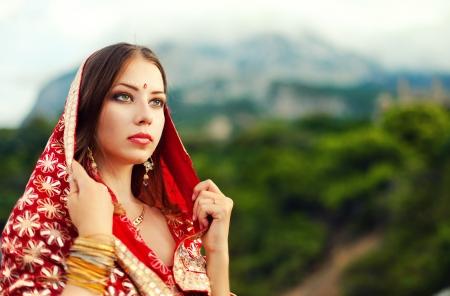 Serie. joven hermosa morena en el traje nacional indio