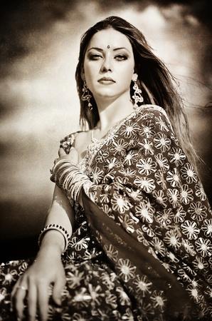 bollywood: Serie. jonge mooie brunette in de Indiase nationale jurk