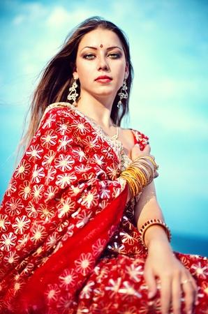 hinduismo: Serie. joven hermosa morena en el traje nacional indio