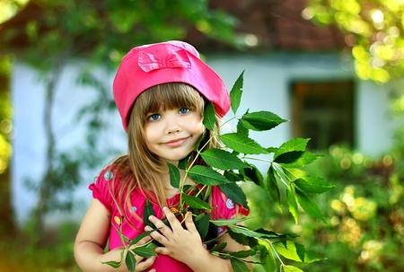 Kleine Mädchen im Dorf