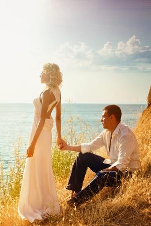 serie. Boda de la joven pareja. Caminar en las montañas cerca del mar Foto de archivo