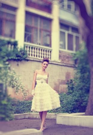 Muy hermosa morena en un vestido de novia. Rero estilo