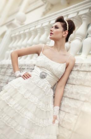 Muy hermosa morena en un vestido de novia. Rero estilo Foto de archivo - 14346991
