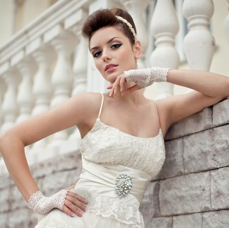waist: Muy hermosa morena en un vestido de novia. Rero estilo