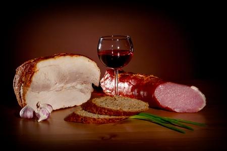 Noble bodegón - vino, pan y carne Foto de archivo - 8459671