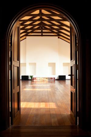 Arch avec deux portes menant dans une grande salle lumineuse