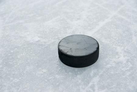 hockey sobre hielo: hockey puck sobre el hielo