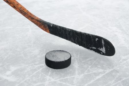 Eishockeyschläger und Puck auf dem Eis Standard-Bild - 15957461