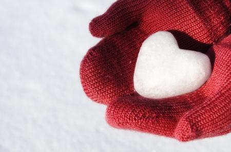 red mittens with snow heart Standard-Bild