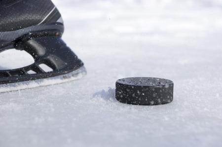 patinar: patín del hockey y el puck Foto de archivo