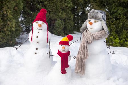 Drei Schneemänner  Standard-Bild - 70501599