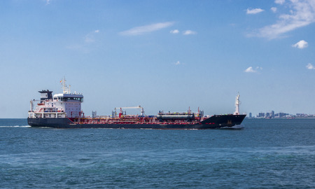 tanker sailing through the Bosphorus 報道画像