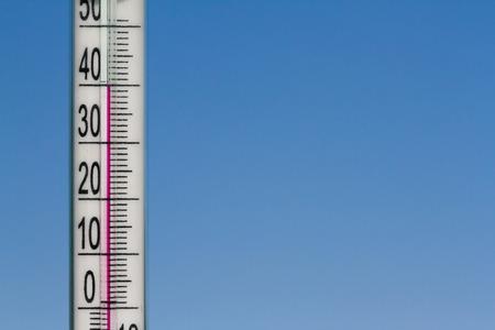 De thermometer in de hitte van de zomer op een achtergrond van blauwe hemel. Stockfoto - 43563099