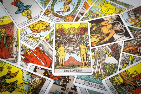 Cartas del Tarot Tarot, la tarjeta de los amantes en el primer plano. Foto de archivo - 44094184