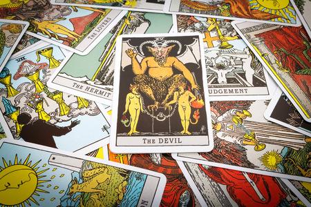 Tarot kaarten Tarot, de duivel kaart op de voorgrond. Stockfoto - 44094185