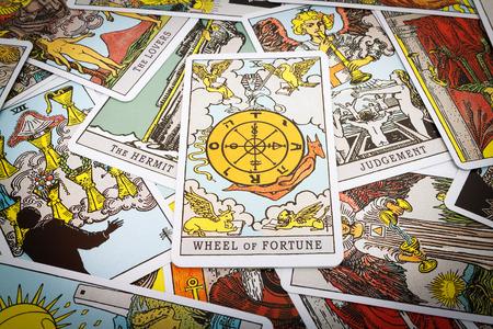 Tarot-Karten Tarot, das Glücksrad Karte im Vordergrund. Standard-Bild