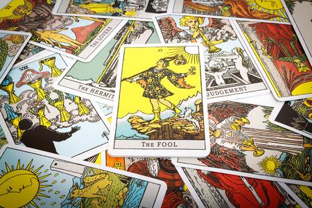 Tarot kaarten Tarot, de dwaas kaart op de voorgrond. Stockfoto - 44094190
