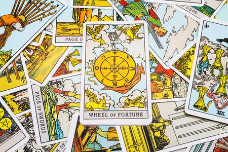 타로 카드 타로, 전경에서 행운 카드의 바퀴. 스톡 콘텐츠