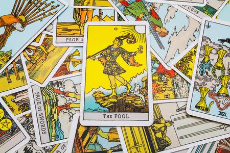 Tarot cards Tarot, the fool card in the foreground. Stockfoto