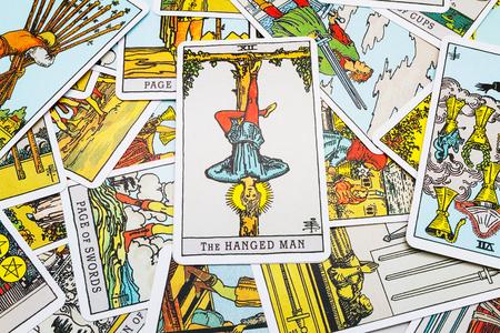 ahorcada: Cartas del Tarot Tarot, la tarjeta ahorcado en primer plano. Foto de archivo